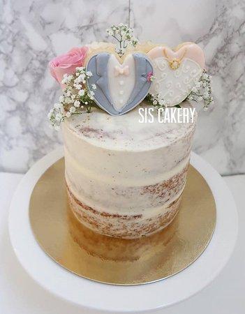 Sis Cakery: Semi naked trouwtaart met icing koekjes en verse bloemen  Smaken, kleuren en tekst kunnen naar wens aangepast worden.