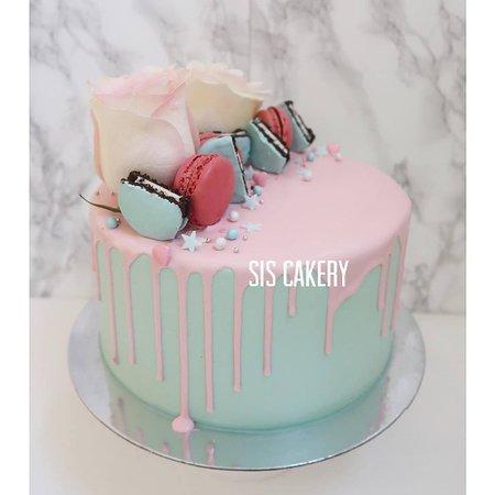 Sis Cakery: Drip cake voor een babyshower, bekendmaking van het geslacht of geboorte met verse bloemen, macarons en oreo.  Smaken, kleuren en tekst kunnen naar wens aangepast worden.