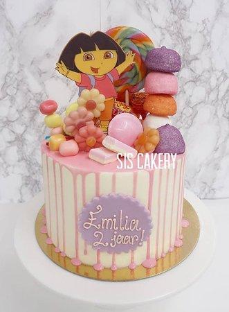 Sis Cakery: Dora snoeptaart  Smaken, kleuren en tekst kunnen naar wens aangepast worden.