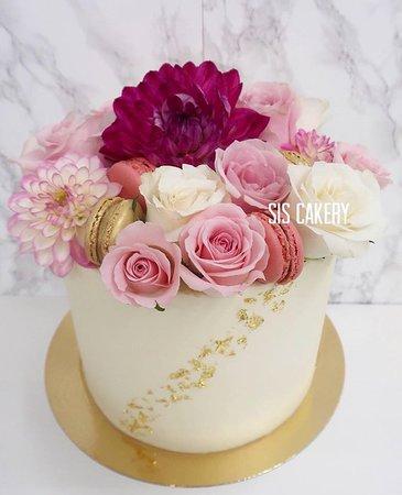Sis Cakery: Verse bloemen taart met macarons en 24k bladgoud  Smaken, kleuren en tekst kunnen naar wens aangepast worden.