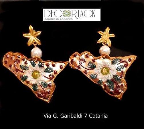Orecchini in rame martellato a forma di Sicilia con decoro floreale