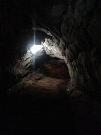 Проведенное электричество придает пещерам вид подземелья в старинном замке