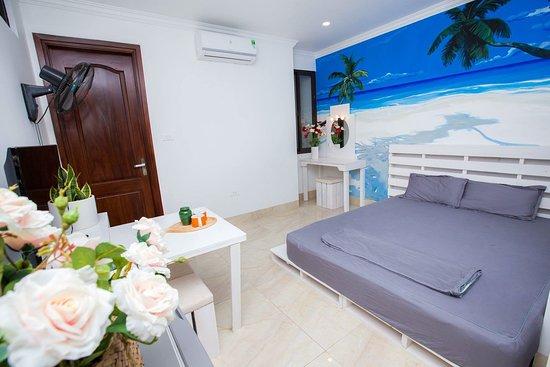 Bùi Thị Xuân, Вьетнам: Phòng Biển xanh Điểm nhấn của phòng là một bức tranh tường khổ lớn, tạo cảm giác như đang đi dạo dưới khung cảnh Biển xanh, cát trắng và nắng vàng. Phòng full nội thất hiện đại - (Phòng nằm ở Tầng 4 - Tòa nhà Little Tree house)