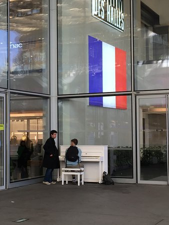 Piano en liberté sur la Place Basse du Forum des Halles