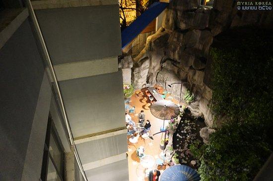 방에서 야외휴게공간의 테이블들이 보인다.