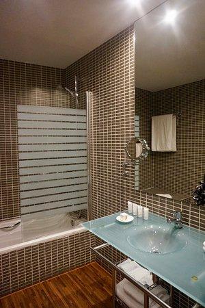 AC Hotel Recoletos: Std tube, hansghroe fixture, excellent water pressure