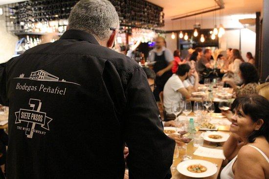 Sommelier da vinícola Bodegas Peñafiel