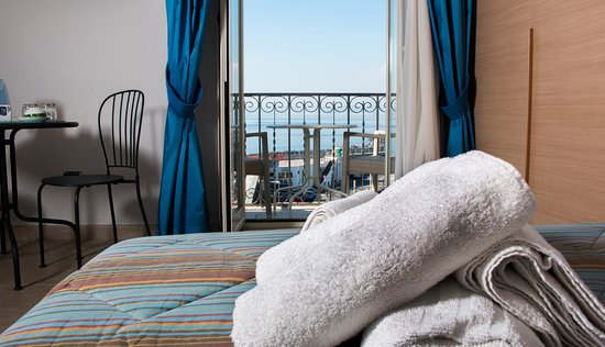 Camera quadrupla, con bagno privato e balcone vista mare