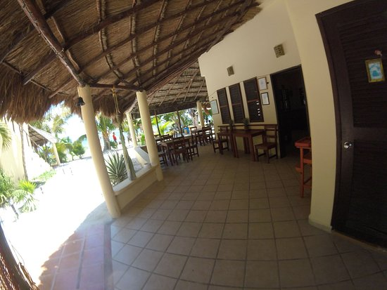 Hotel Maya Luna: Patio of our main building. With room for some 24 people to have breakfast, lunch or dinner. Alle with view over the ocean.
