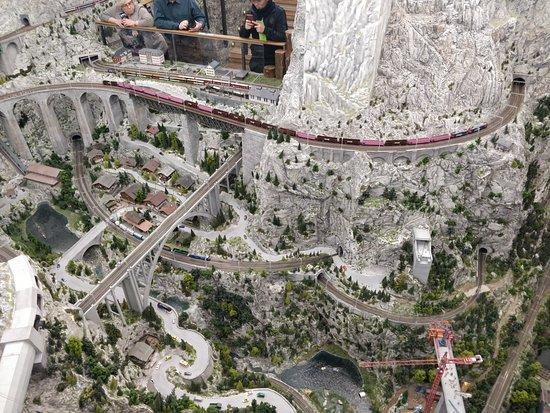 La Svizzera con le sue montagne, ponti e gallerie