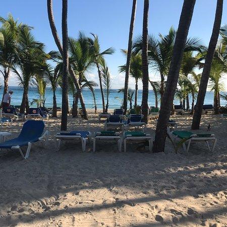 Hotel Riu Palace Punta Cana: Nous sommes allés au Riu Palace Punta Cana du 24 novembre au 1er décembre. Magnifique endroit, pas besoin de se lever tôt pour mettre des serviettes sur les chaises à la plage. Première fois dans un riu, service excellent, nourriture excellente.  Top un pour les restaurants: steakhouse pour la langouste, l'espagnole pour la variatée. Je recommande cet hôtel. Petit complexe, pas un adulte seulement mais très bien.
