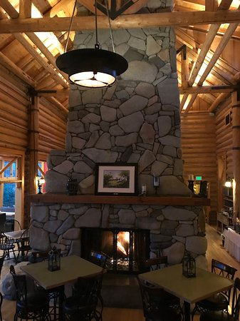 Mazama, WA: Lovely rustic design, high rafters, and lots of wood.