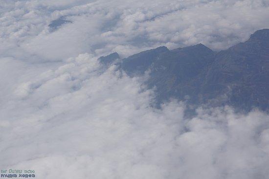 China Eastern Airlines: 구름 아래로 풍력발전기들이 보인다.