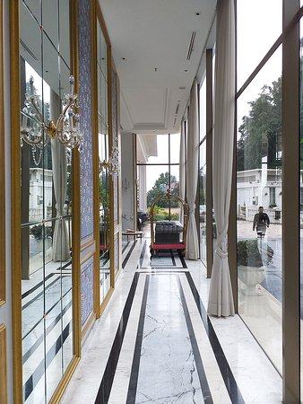 Art Deco Luxury Hotel & Residence: Main lobby corridor