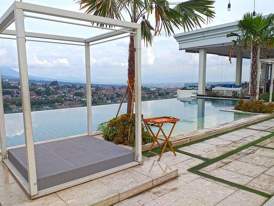 Art Deco Luxury Hotel & Residence: Pool area