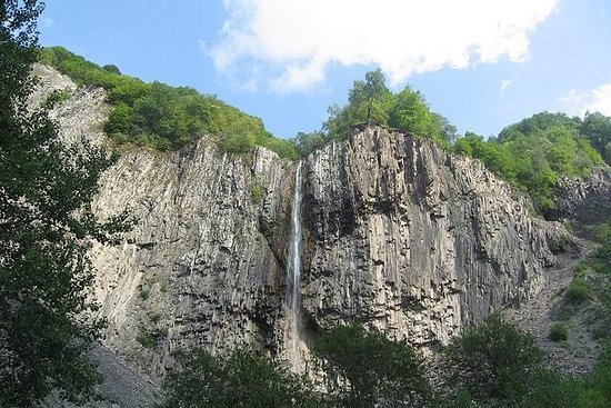 Maior cachoeira e mística montanha