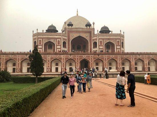 New Delhi, India: Bilden talar sitt eget språk, makt, storhet omgärdat av de välansade häckarna och gräsmattorna.