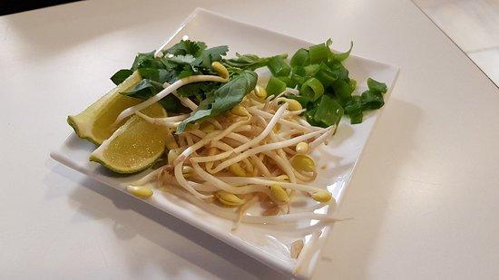 TAM COC: Complementos del Pho Bo (lima, cilantro, albahaca, cebolleta y brotes de soja)
