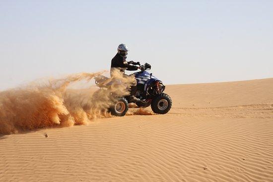 Douz, Tunisia: Explorer les dunes
