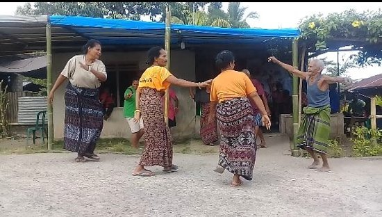 Маумере, Индонезия: HEGONG DANCE - Maumere. NTT   a dancing talk about how people there ( maumere town ) , very peacefull and  nice ,,, i see big laugh , smiling and they use  sarung ( wonderful design by local way , just by hand )