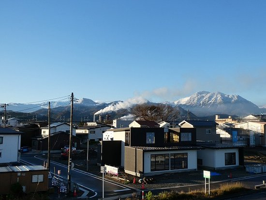 Japan Sea Observation Deck: 海とは反対側の景色。雪をかぶった北アルプスが美しい