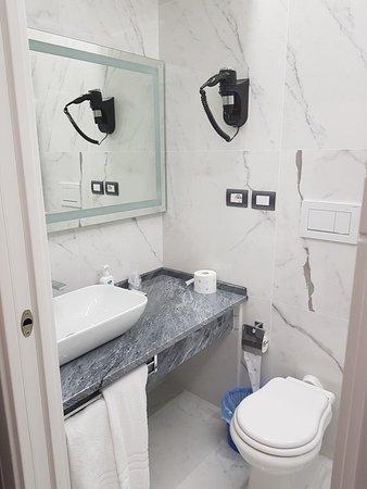 Geovanni Di Valentino: Bathroom from the hotel Valentino