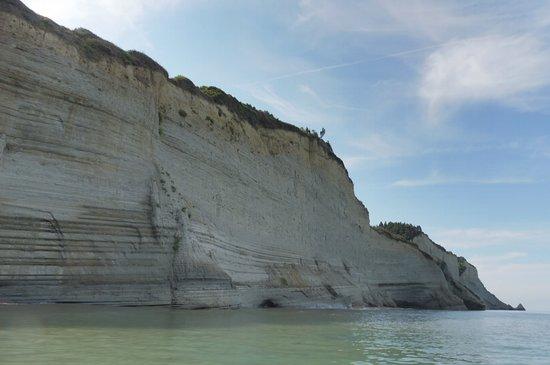 Loggas Beach: Die Klippen vom Meer aus.