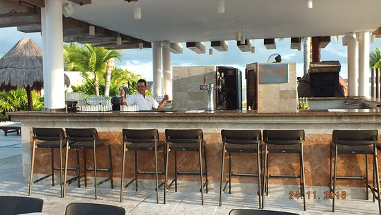 Excellence Playa Mujeres: The Sol bar very early!