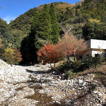 Furen Limestone Cavern: ほとんど枯れ川を渡り入場受付に 川も石灰石だらけ