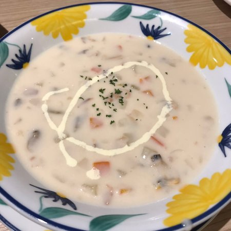 Saizeriya Italian Restaurant (Fortune Kingswood): 薩莉亞真是好平民化 很喜歡跟家人來聚餐 我們點了好多東西 有周打魚蔬菜湯 香噴噴的黑椒焗蜆 水牛芝士PIZZA 黑椒和蒜蓉汁的美國肉眼扒 酥味雞球