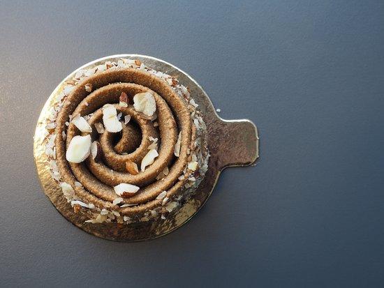 Les Petites Patisseries Raw & Vegan: spirale noisette sucre de coco café d'orge