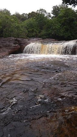 Amazonas Pirangueiros Tours: Cachoeira Sucuriju. Não se pode entrar nessa área. a queda dagua atravessa o outro lado por dentro de uma pedra . simplesmente some e reaparece, incrível.