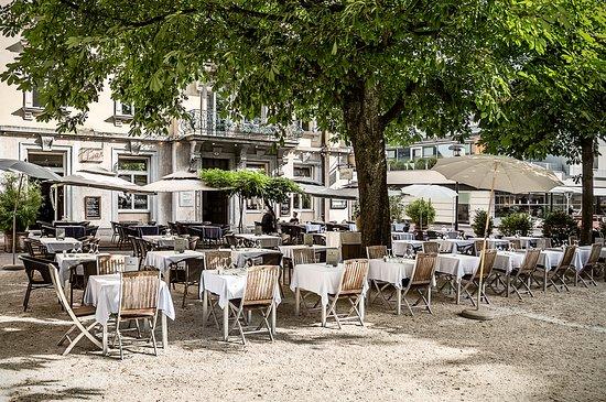 So lebt Luzern im Sommer: im Schatten alter Kastanienbäume. Das mediterrane Ambiente des «Helvetiagärtli» ist ein kunterbunter Treffpunkt zu jeder Tageszeit.