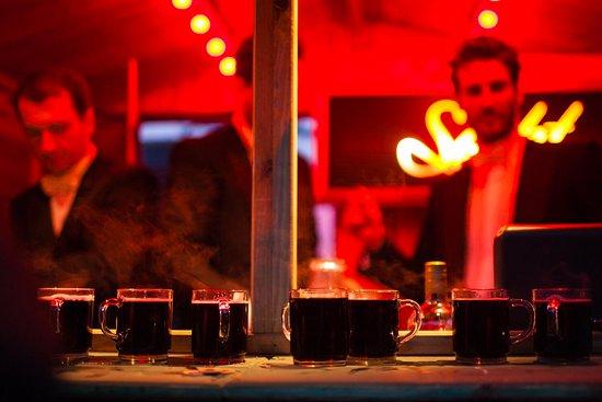 Glühwein und mehr gibt es an der Bar des Heissa Holzmarkt25 Wintermarkt. Noch bis zum 23.12.2018 jeden Freitag (ab 16.00 Uhr), Samstag (ab 14.00 Uhr) und Sonntag (16.00 Uhr).