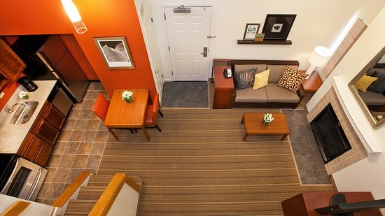 Hawthorn Suites by Wyndham Vienna/Tysons Corner: View of family room from loft bedroom