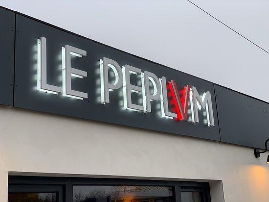 Le Peplum: L'enseigne du restaurant