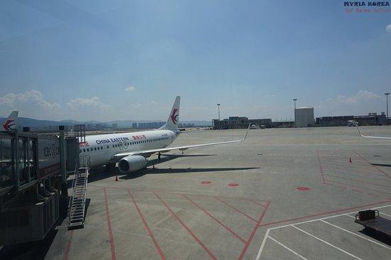 China Eastern Airlines: 동방항공 운남공사 표시가 있는 비행기. 남아시아행은 모두 쿤밍에서 통하는 것을 보면 될 듯 싶다.