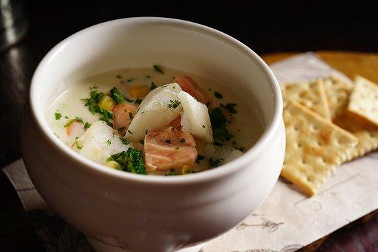 Настоящий суп чаудер  с солеными крекерами