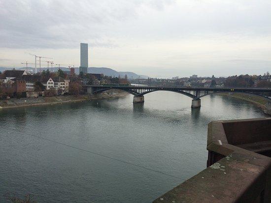 Rheinufer Basel: Wandern dem Rhein entlang