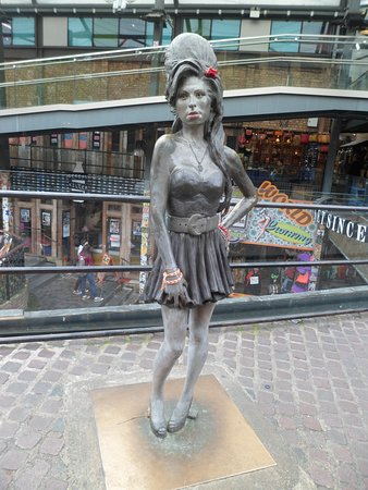 ‪Statue of Amy Winehouse‬