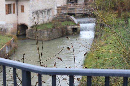 Champforgeuil, France: Le chemin du moulin est joli à voir, il s'agit d'un ancien moulin à eau - Ici c'est le pont de la Thalie