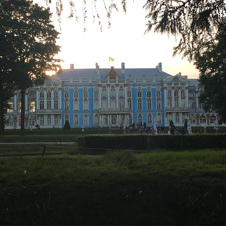 Very good palace to visit specially in summer😊 outside from the city. Like a elegant village atmosphere. Pushkin school is next to this palace to. Silent and nice whether in June-August.
