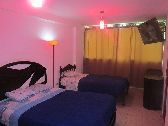 "Huamachuco, Peru: Habitacion doble, con baño incluido, wifi, agua caliente las 24 hrs, televisor de 55"", comoda para guardar ropa, etc"
