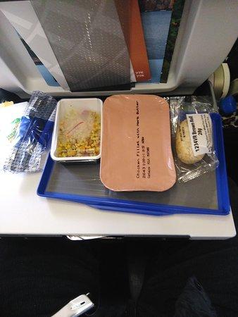 """United Airlines: pas de fromage ni dessert, """"salade sucrée innommable"""" pour du vin blanc, un seul verre (en plastique), lasagnes immondes une honte"""