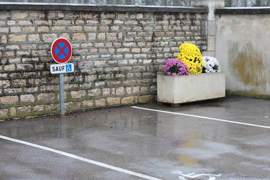 Champforgeuil, Франция: Le cimetière. Etant donné que la date des concessions est plus courte. En cas de non renouvellement, la mairie a le droit de revendre le caveau ou les pierres tombales. On peut s'apercevoir qu'il y a de moins en moins de vieilles tombes, le patrimoine disparaît !