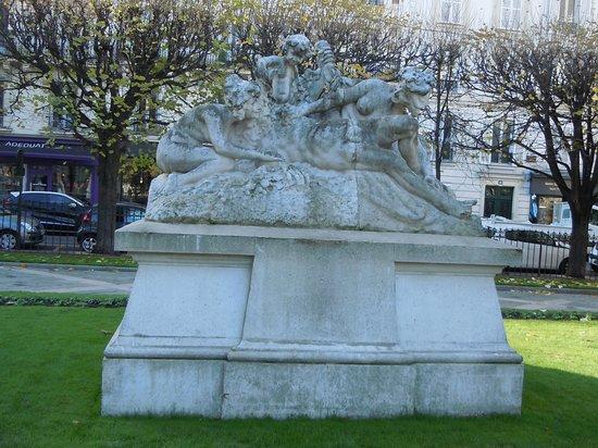 Levallois-Perret, France : La sculpture sur son socle