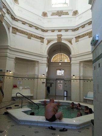 varias piscinas interiores con agua fria y agua caliente