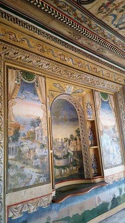 Decoração e pinturas de parede verdadeiramente brutais.