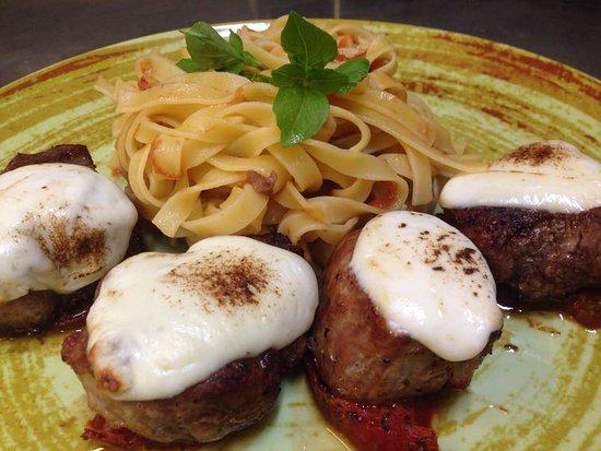 Bistrot Arni: Χοιρινά σκαλοπίνια πάνω σε τομάτα κονφί και φρέσκια μοτσαρέλα!