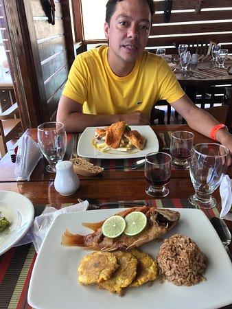 plato colombiano: pescado frito platano y arroz con coco